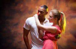 La giovane coppia balla la salsa caraibica Immagini Stock