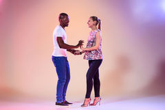 La giovane coppia balla la salsa caraibica sociale, colpo dello studio Fotografia Stock Libera da Diritti