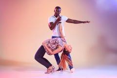 La giovane coppia balla la salsa caraibica sociale, colpo dello studio Fotografie Stock Libere da Diritti