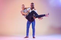 La giovane coppia balla la salsa caraibica sociale, colpo dello studio Immagine Stock Libera da Diritti