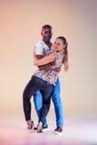 La giovane coppia balla la salsa caraibica sociale, colpo dello studio Fotografia Stock