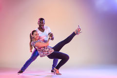 La giovane coppia balla la salsa caraibica sociale, colpo dello studio Immagini Stock