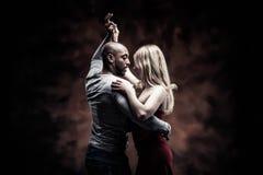 La giovane coppia balla la salsa caraibica Fotografie Stock