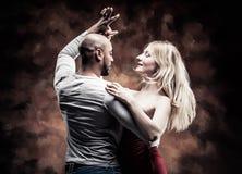La giovane coppia balla la salsa caraibica Fotografia Stock Libera da Diritti
