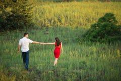 La giovane coppia cammina in parco Immagini Stock