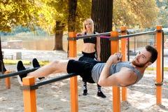 La giovane coppia caucasica sportiva sta scaldandosi prima della formazione nella a Fotografia Stock