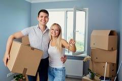 La giovane coppia con digita gli alloggi nuovi Fotografie Stock Libere da Diritti