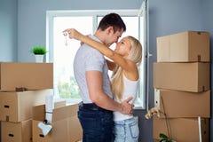 La giovane coppia con digita gli alloggi nuovi Immagine Stock Libera da Diritti