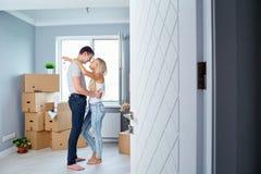La giovane coppia con digita gli alloggi nuovi Immagine Stock