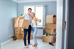 La giovane coppia con digita la nuova casa Fotografia Stock Libera da Diritti
