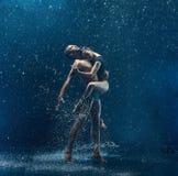 La giovane coppia dei ballerini di balletto che ballano il rwater del unde cade Fotografia Stock Libera da Diritti