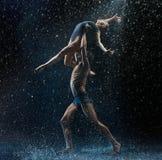 La giovane coppia dei ballerini di balletto che ballano il rwater del unde cade Immagini Stock Libere da Diritti