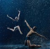 La giovane coppia dei ballerini di balletto che ballano il rwater del unde cade Immagine Stock