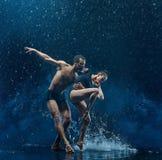 La giovane coppia dei ballerini di balletto che ballano il rwater del unde cade Fotografie Stock Libere da Diritti