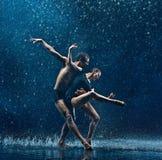 La giovane coppia dei ballerini di balletto che ballano il rwater del unde cade Fotografia Stock