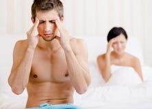 La giovane coppia discute in camera da letto Fotografia Stock Libera da Diritti