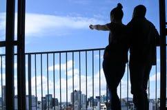 La giovane coppia esamina la vista urbana di paesaggio urbano dell'orizzonte della città Fotografie Stock Libere da Diritti