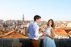 La giovane coppia felice sta su fondo Oporto Fotografia Stock