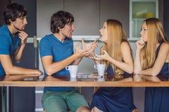La giovane coppia giura dentro la cucina Guardi e valuti il loro comportamento dal lato Concetto emozionale di intelligenza immagine stock libera da diritti