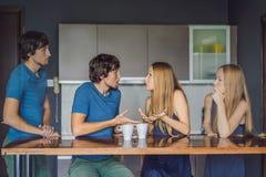 La giovane coppia giura dentro la cucina Guardi e valuti il loro comportamento dal lato Concetto emozionale di intelligenza immagine stock