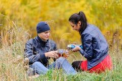 La giovane coppia graziosa si rilassa sulla natura di autunno Fotografia Stock