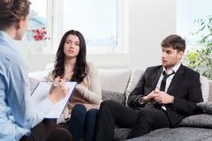 La giovane coppia si consulta allo psicologo Immagini Stock Libere da Diritti