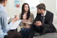 La giovane coppia si consulta allo psicologo Immagini Stock