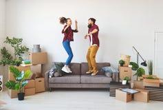 La giovane coppia sposata felice si muove verso il nuovo appartamento immagine stock libera da diritti