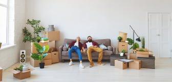 La giovane coppia sposata felice si muove verso il nuovo appartamento immagini stock