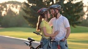 La giovane coppia sta camminando dalla strada campestre stock footage