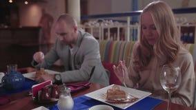 La giovane coppia sta mangiando i dessert stock footage