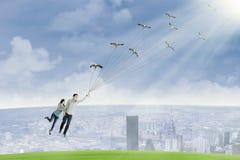 La giovane coppia sta volando tenendo gli uccelli Fotografia Stock Libera da Diritti
