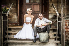 La giovane coppia sul vecchio portico sta preparando il pranzo Immagini Stock Libere da Diritti