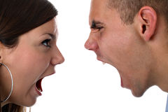La giovane coppia urla a vicenda ha isolato su bianco Fotografia Stock