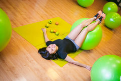 La giovane donna è forma fisica impegnata in palestra Fotografia Stock Libera da Diritti