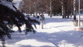 La giovane donna è nordico impegnato che cammina all'aperto video d archivio