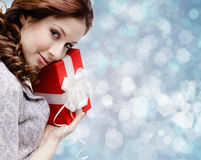 La giovane donna è soddisfatta con un regalo di compleanno Immagine Stock Libera da Diritti