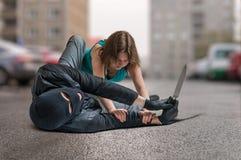 La giovane donna è stata attaccata dal ladro munito ed è combattente e difendentesi Fotografie Stock