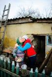La giovane donna abbraccia la donna anziana Fotografia Stock Libera da Diritti