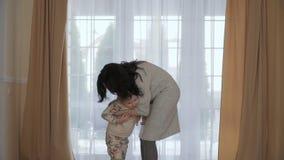 La giovane donna abbraccia la sua piccola figlia archivi video