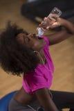 La giovane donna afroamericana in palestra ha rottura di allenamento dei pilates Fotografia Stock Libera da Diritti