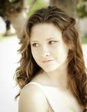 La giovane donna all'aperto ha perso nel pensiero Fotografie Stock