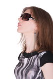 La giovane donna alla moda sta indossando gli occhiali da sole Immagini Stock
