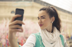 La giovane donna alla moda sta prendendo il selfie sul suo telefono cellulare Fotografia Stock