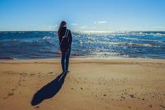 La giovane donna alla spiaggia vede fuori dal giorno dell'estate scorsa Fotografie Stock Libere da Diritti
