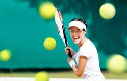La giovane donna allegra gioca a tennis Fotografie Stock
