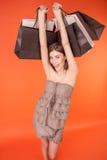 La giovane donna allegra sta andando a fare spese con la gioia Fotografia Stock