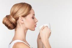 La giovane donna allegra sta godendo della bevanda calda Fotografie Stock Libere da Diritti