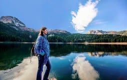 La giovane donna ammira il bello panorama del lago nero (jeze di Crno Fotografia Stock