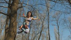 La giovane donna appende sulle corde nella posa del loto durante gli esercizi di aerogravity archivi video